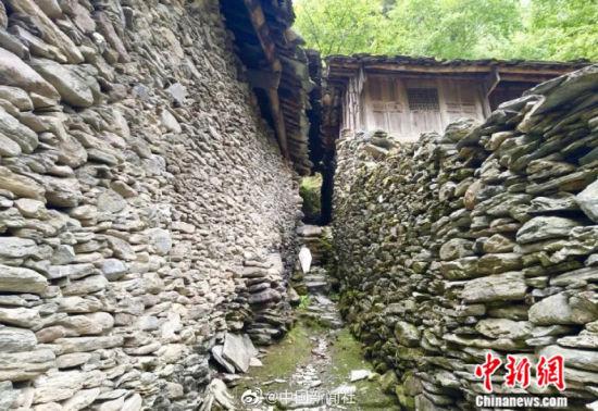 甘肃陇南市百年古村全由石头垒建