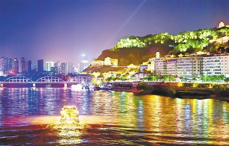 游客乘坐游船观赏黄河兰州段沿线两岸的灯光夜景