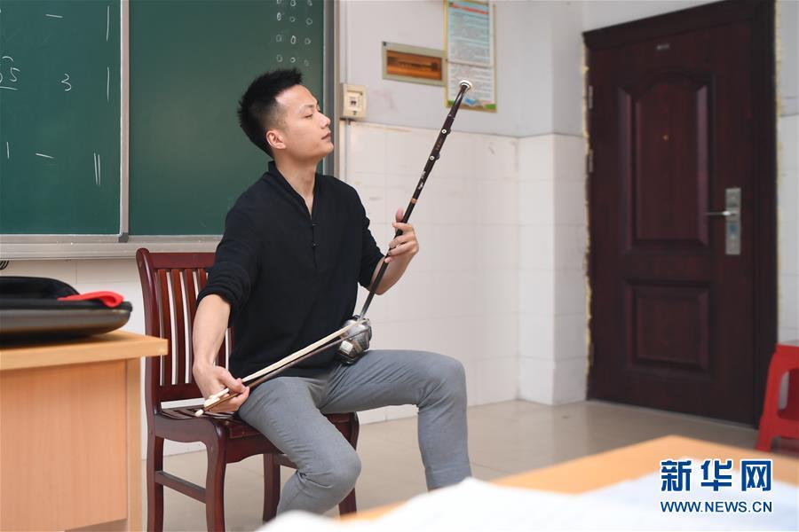 """(图文互动)(5)山村中学来了""""造梦人"""""""