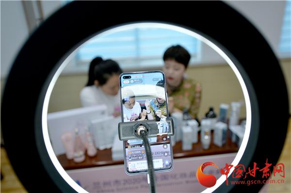 线上直播教你选购化妆品 兰州市七里河区开展2020年化妆品安全科普宣传周活动