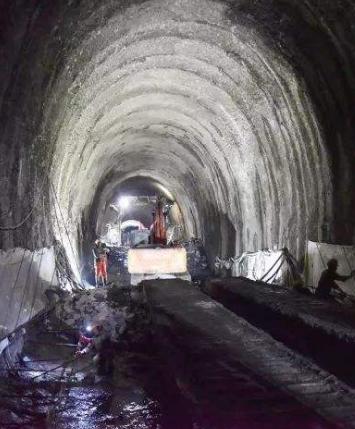 中兰客专首座超千米级隧道昨日顺利贯通