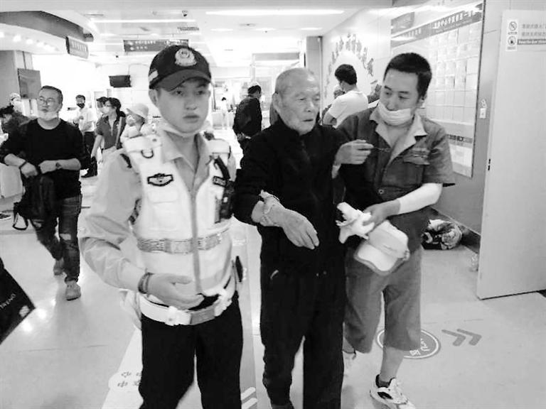 兰州街头最美的一次逆行!耄耋老人摔倒街头 交警的哥合力救助3分钟