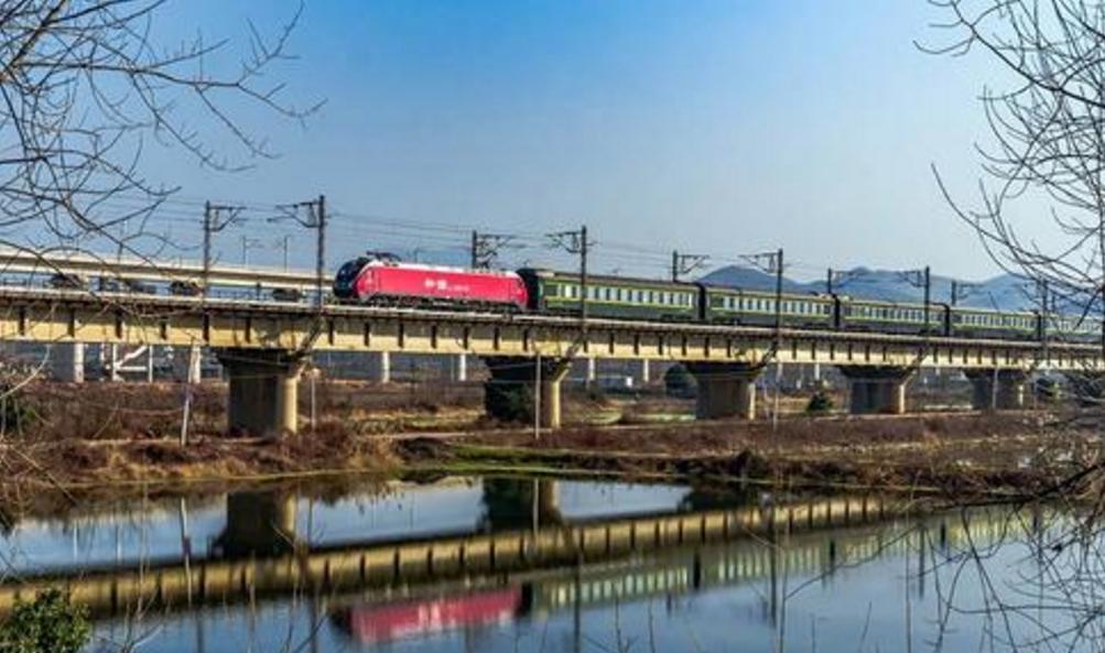 今日起,兰铁局加开8趟旅游专列