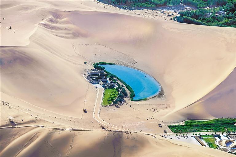 甘肃旅游丨2000米高空看月牙泉