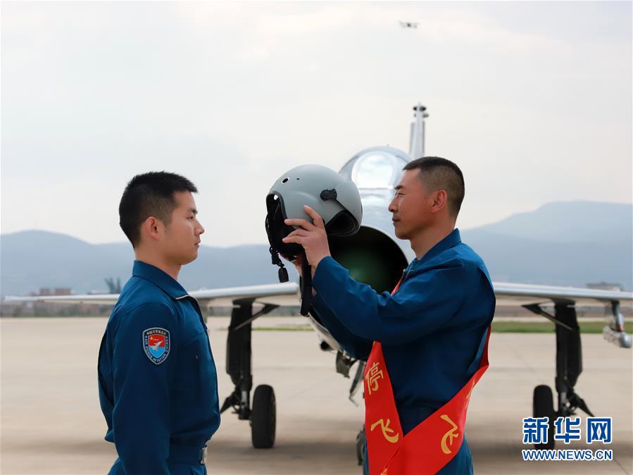 (图文互动)(2)5290小时!中国空军歼击机飞行纪录保持者光荣停飞