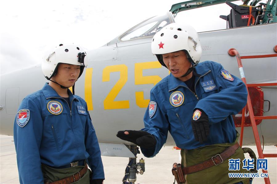(图文互动)(6)5290小时!中国空军歼击机飞行纪录保持者光荣停飞