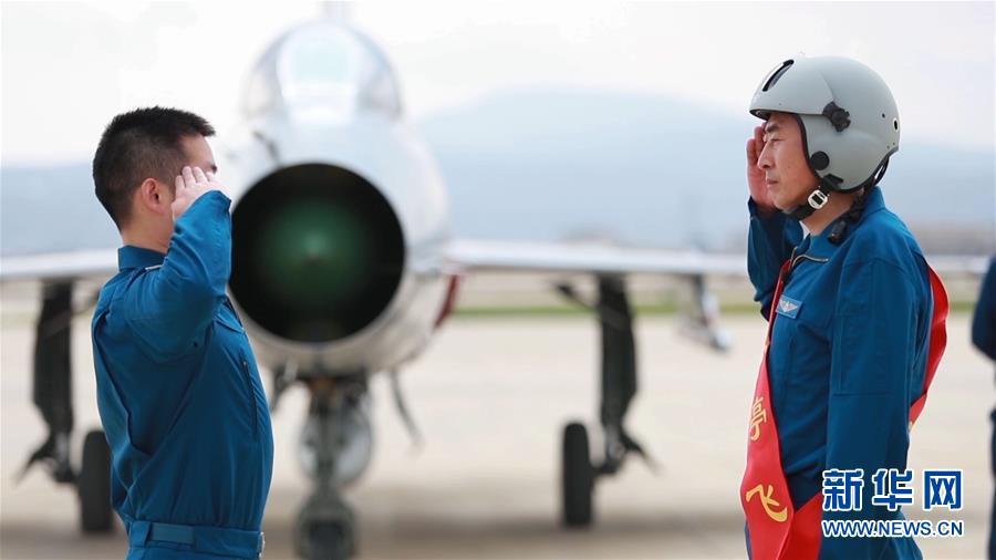 (图文互动)(8)5290小时!中国空军歼击机飞行纪录保持者光荣停飞