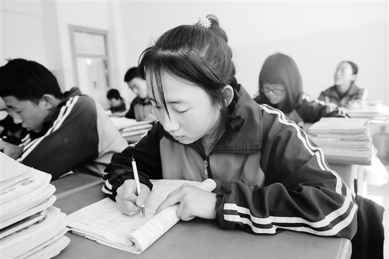 庆阳环县这名小姑娘,柔弱肩膀撑起一个大家庭