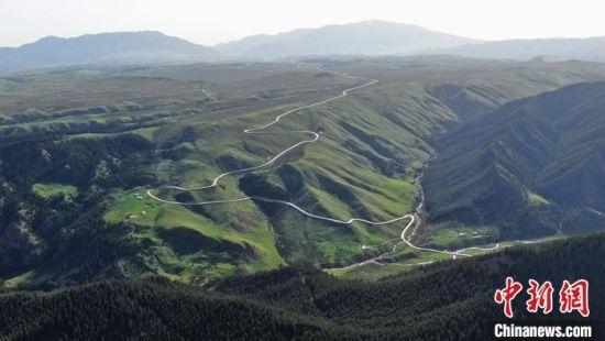 """祁连山是甘肃河西五市乃至内蒙古西部地区的""""生命线""""和""""绿色水库"""",是我国西部重要的生态安全屏障。 武雪峰 摄"""