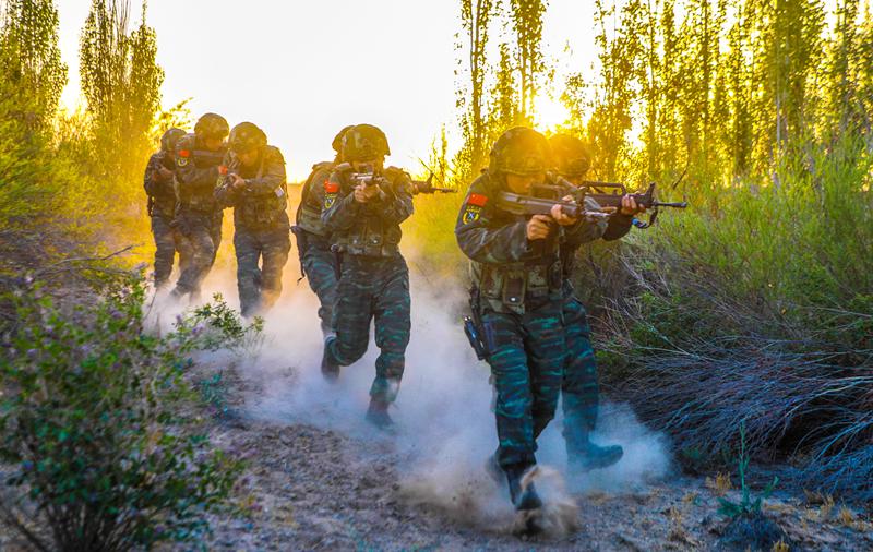 战高温,斗酷暑!甘肃武警在大漠戈壁开展极限训练