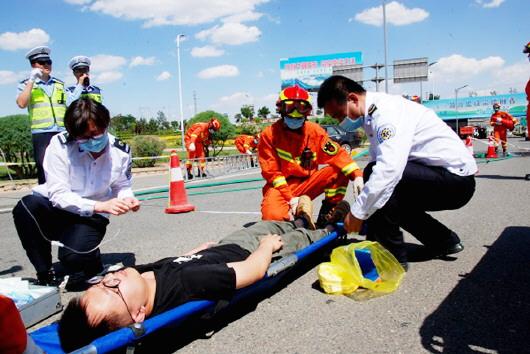 白银市开展汛期交通应急救援及处置演练