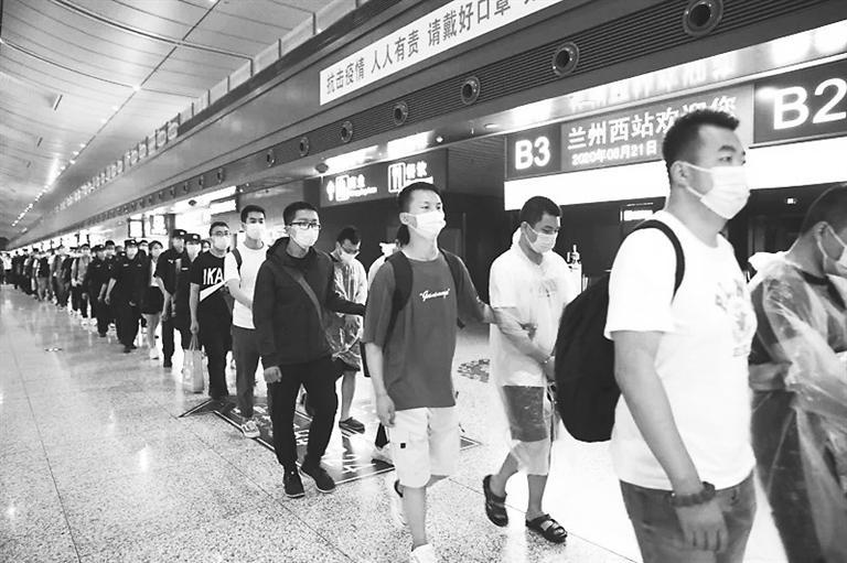 兰州警方奔赴深圳端掉两个电信诈骗窝点 31名涉案嫌疑人被押解回兰