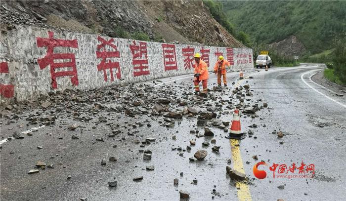 甘肃:端午降雨来袭公路人抢险保畅通