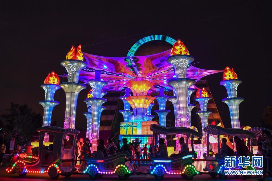 (社会)(2)长春:赏灯游园度假期