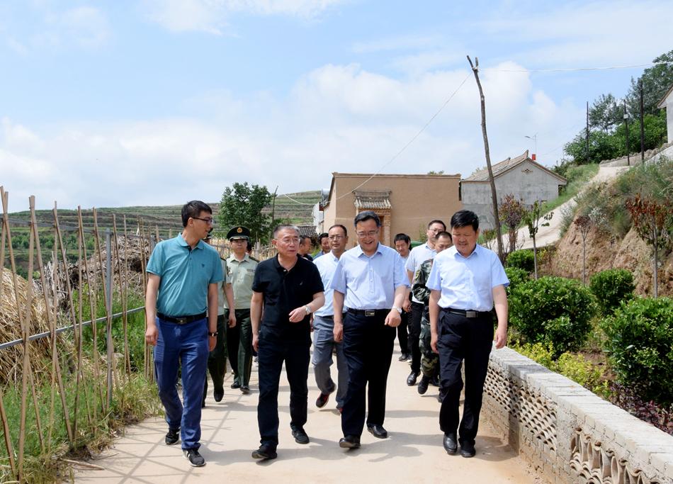 王锐深入麦积区、甘谷县挂牌督战村调研指导脱贫攻坚工作