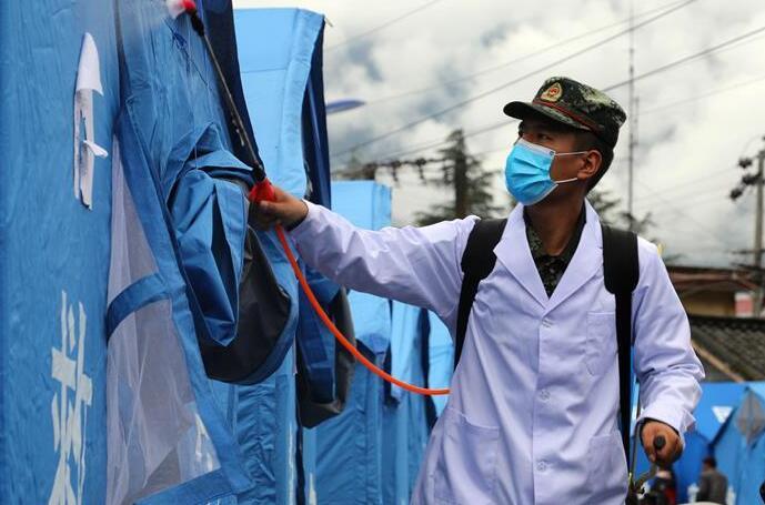 四川冕宁:武警官兵全力协助开展救援工作