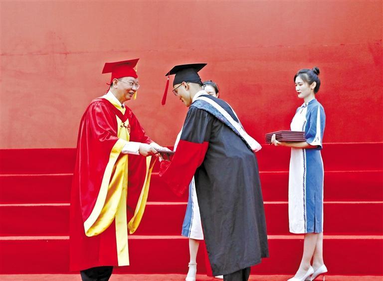 兰大在两个校区举办两场毕业盛典
