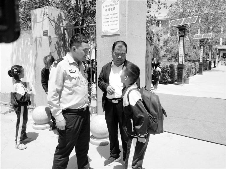 兰州:父亲无证酒驾被拘 交警充当临时家长