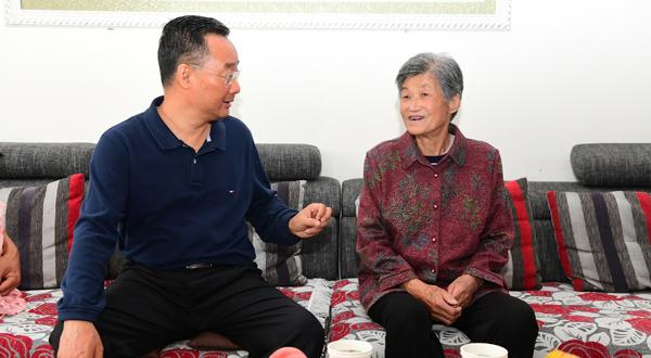 唐仁健在陇南看望慰问老党员和困难党员