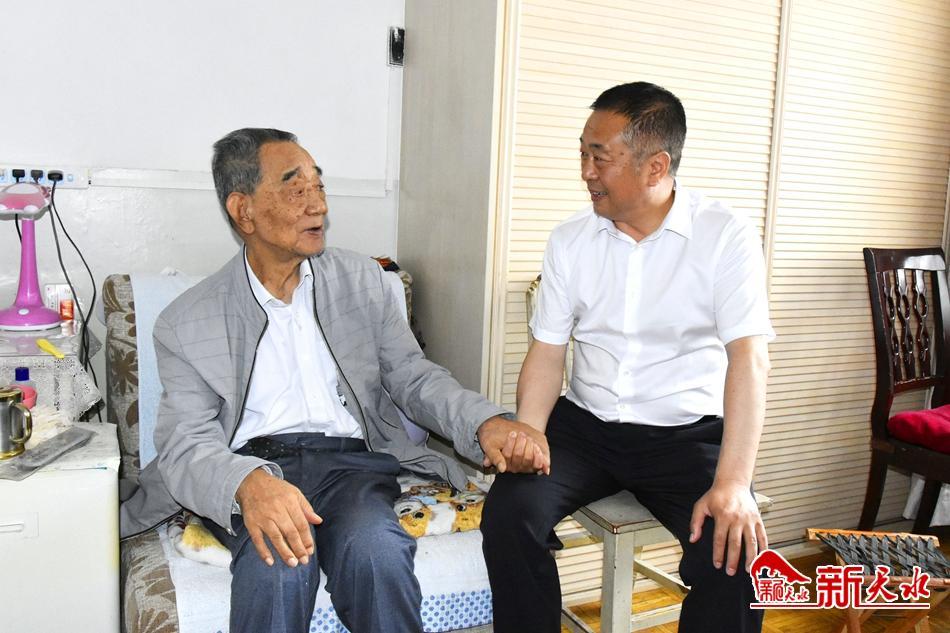 蒋晓强慰问市人大常委会机关离退休老党员