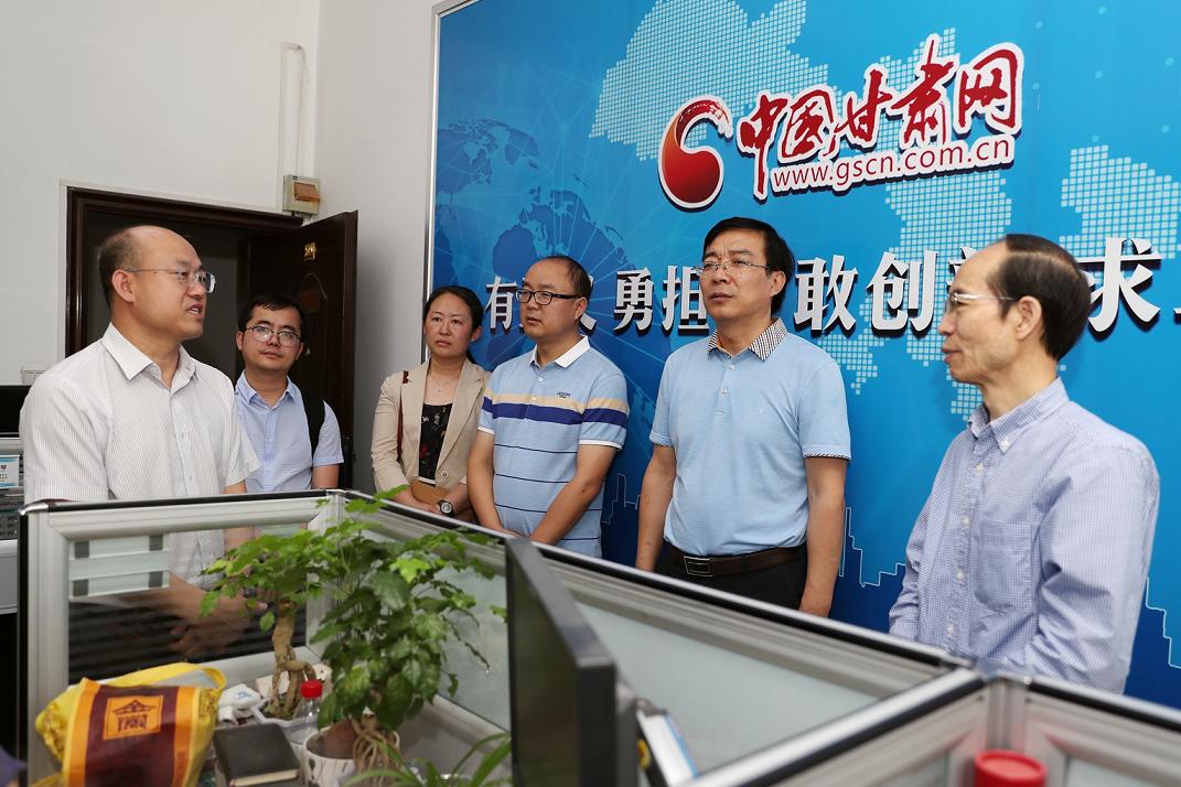 兰州大学新闻与传播学院院长冯诚一行到中国甘肃网调研(图)