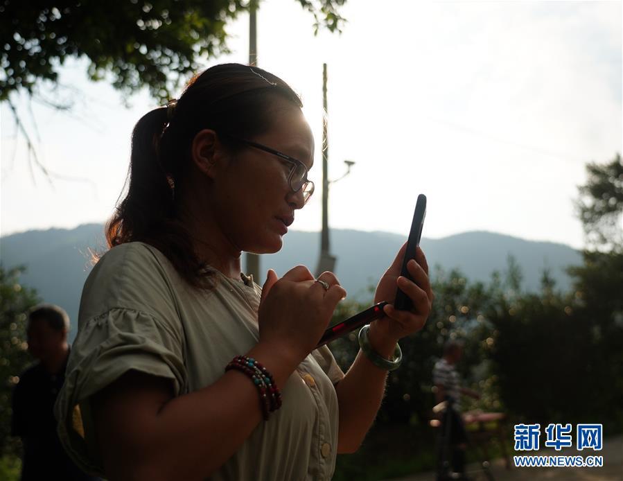 (图片故事)(3)山村里的网络主播:请你看看山里的美景美食