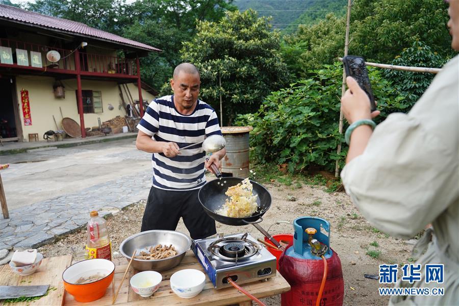 (图片故事)(5)山村里的网络主播:请你看看山里的美景美食