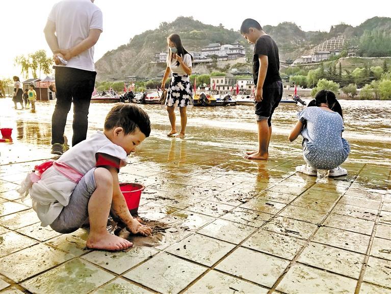 黄河兰州段进入主汛期 家长们看好自家的孩子