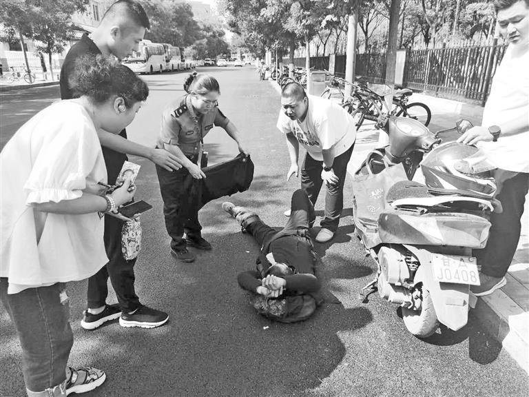 兰州:男子街头突发癫痫 环卫质监员联手市民施救