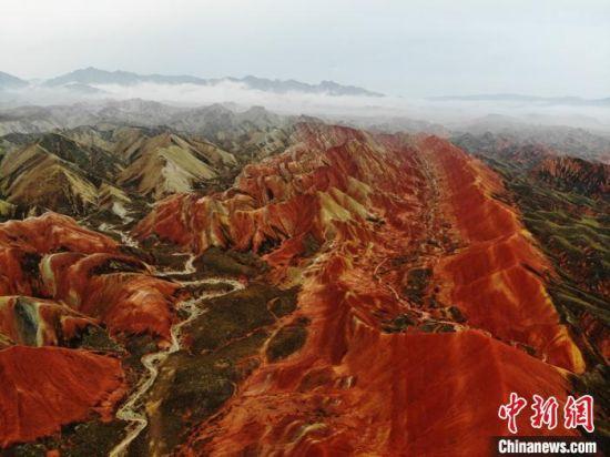 图为造型奇特,色彩斑斓的张掖丹霞地貌。(资料图) 杨艳敏 摄
