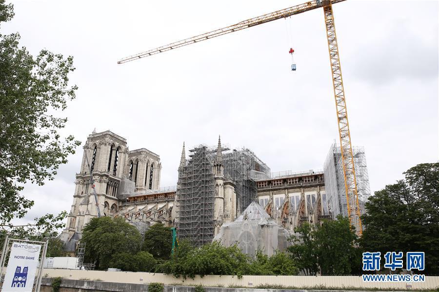 """(国际)(2)法国考虑将""""按原样""""重建被烧毁巴黎圣母院塔尖"""