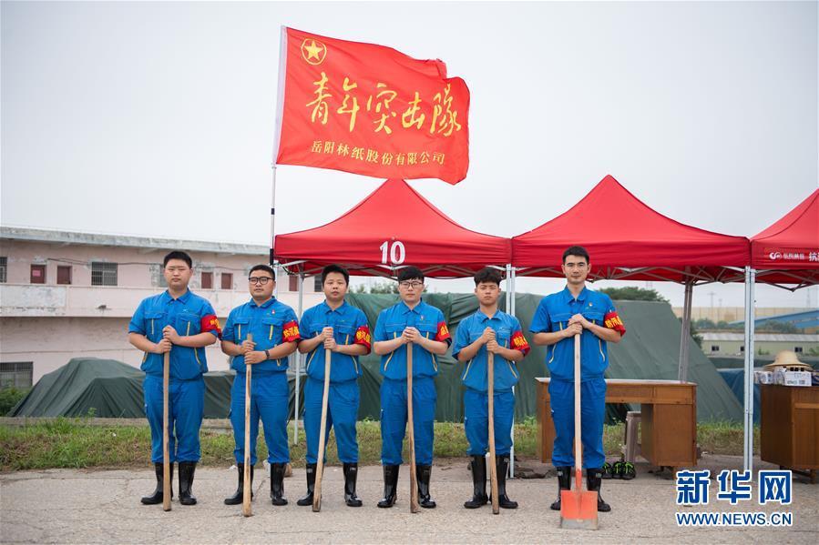 """(防汛抗洪·图文互动)(8)在大堤上成长,为人民守护——洪水中的青年""""生力军"""""""
