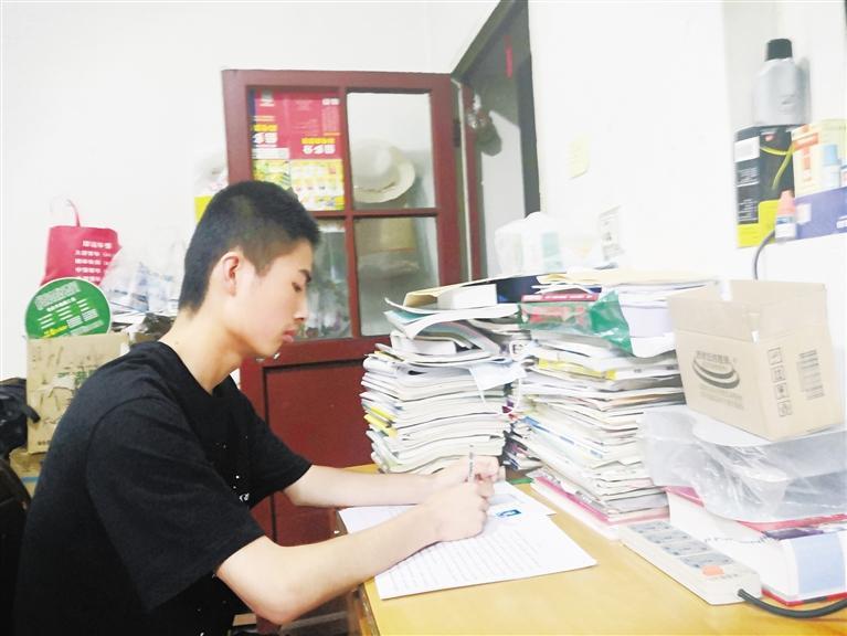 父亲外出打工养家 母亲术后难干重活 秦州农家少年高考取得好成绩申请阳光助学金
