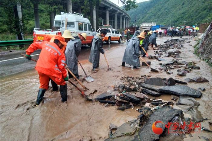 甘肃定西强降雨 三条公路水毁严重