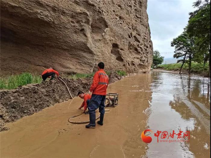 甘肃多地抢修水毁公路 全力保障道路通畅