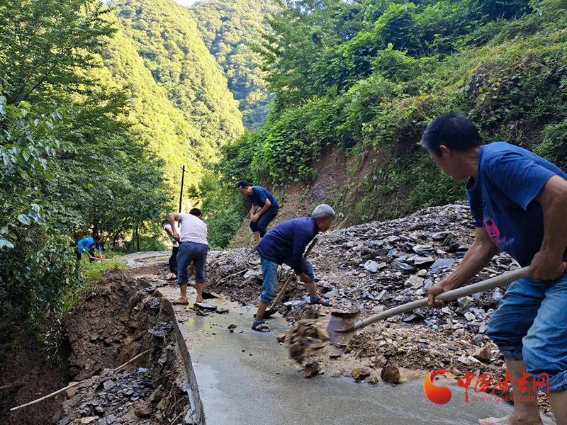 """康县阳坝镇:党员闻""""汛""""而动 吹响防汛集结号"""
