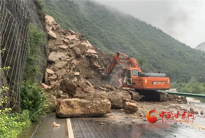 甘肃:抢险救灾保畅通 一线公路职工在行动