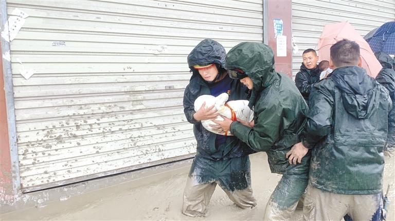 一家八口被困 陇南武都消防紧急救援