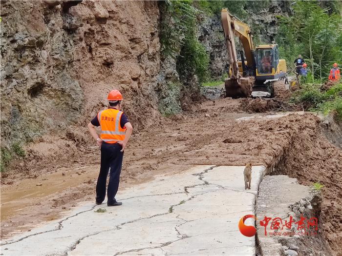 甘肃交通系统应急抢险队全力抢修陇南灾毁公路