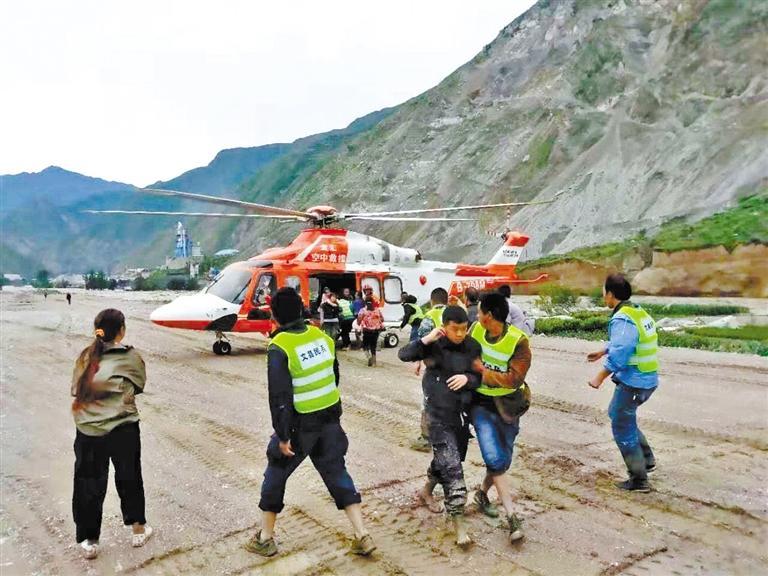 甘肃调派直升机救援文县山体滑坡被困群众