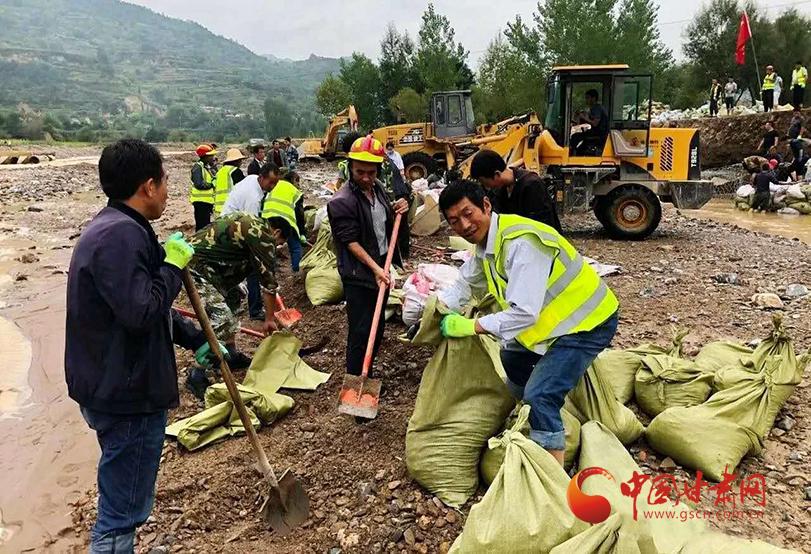礼县:党员冲锋在前 全力抢险救灾