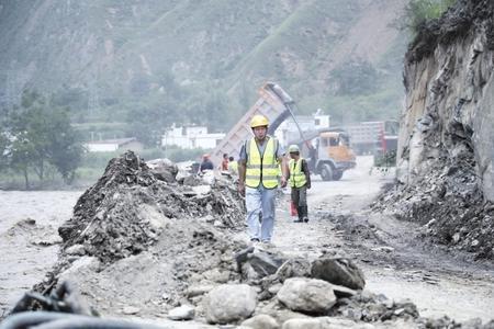 中铁隧道局工作人员抢修国道G212线文县碧口镇至县城路段