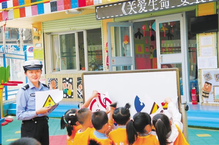 兰州交警走进幼儿园带着萌娃学安全