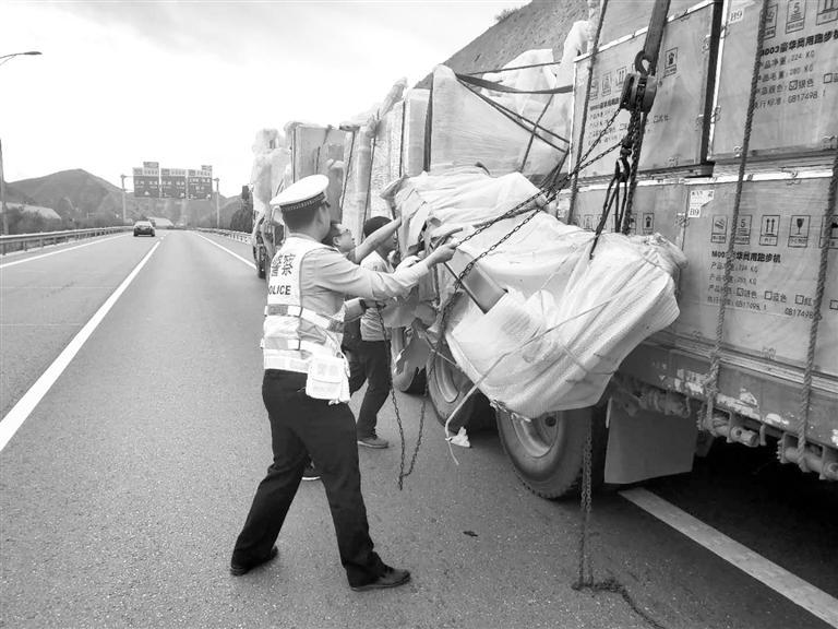 兰州:半挂车货物掉落高速隧道口 交警帮助化解险情