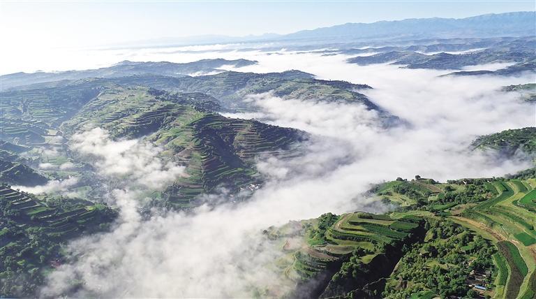临夏州东乡县境内的山乡云雾翻腾
