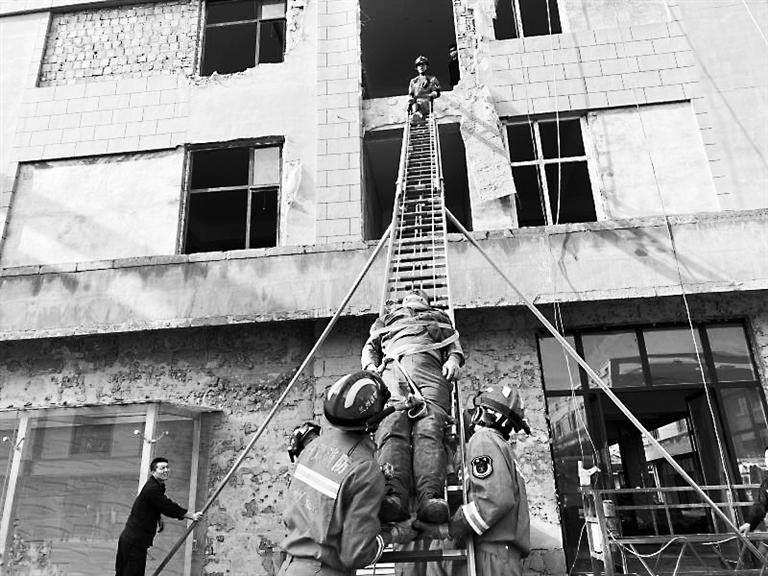 男子摔伤 兰州消防15米高空救人