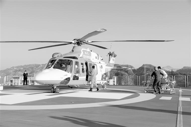 甘肃首个屋面直升机停机坪落成 首飞仪式昨日在兰大二院举行
