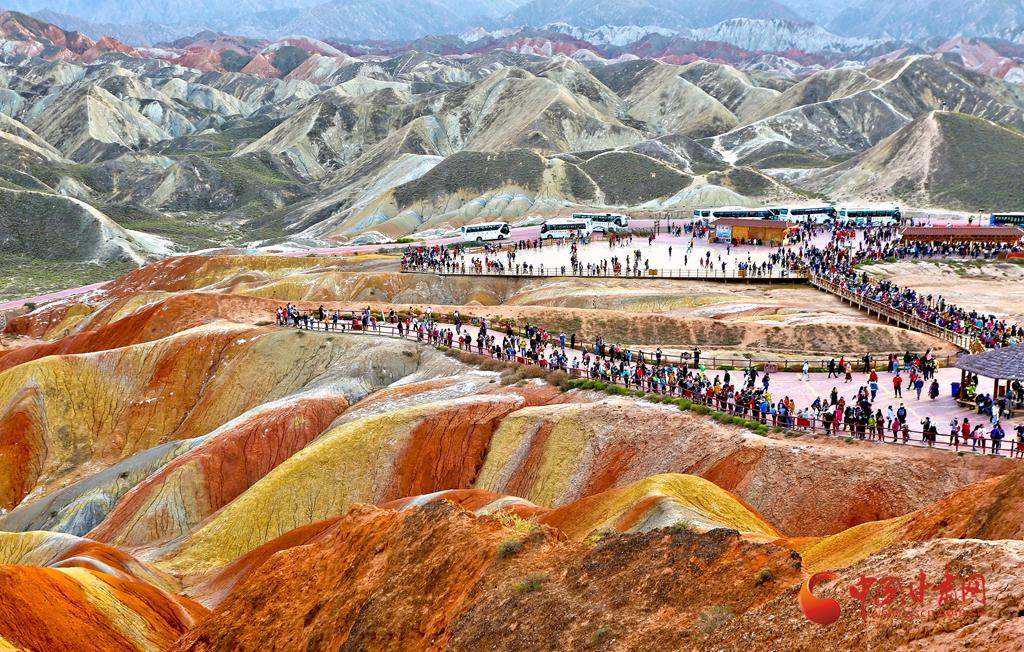 中秋国庆长假首日,张掖七彩丹霞接待游客16000多人