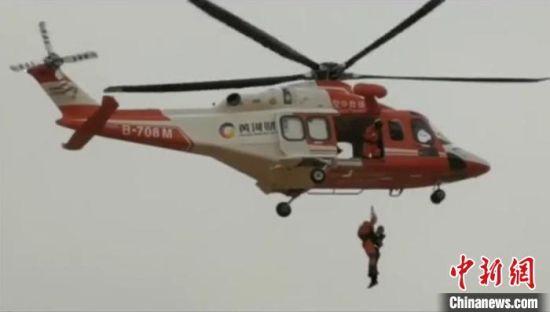 越野爱好者车辆倾覆被困沙海 直升机跨省施救