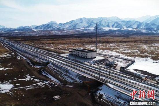 山丹马场迎短时大雪 自动融冰雪装置保高铁正点运行